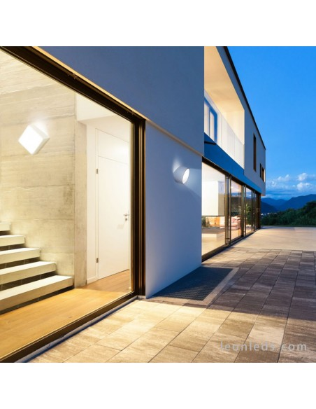 Aplique de exterior cuadrado instalado en exterior | Aplique de pared exterior blanco mini de mantra | LeonLeds Iluminación