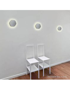Aplique LED Hexagonal de Mantra instalado en pared