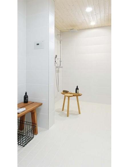 Quad Glass 2 instalad en un baño con tonos blancos y diseño moderno | LeonLeds Iluminación