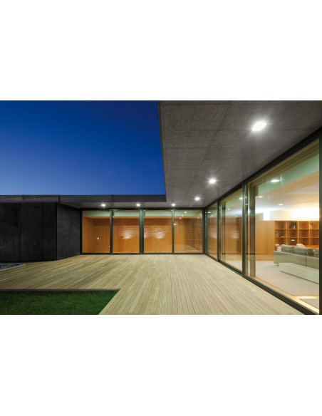 Downlight LED Quad Glass 3 instalado en un techo exterior de diseño moderno de la marca Arkos Light | LeonLeds